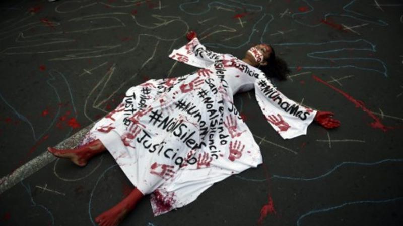 Periodistas participan en una protesta con motivo de un mes desde el asesinato de su compañero Javier Valdez, un destacado experto en carteles de droga del país, cuya muerte parece lejos de ser llevado a justicia. Ciudad de México
