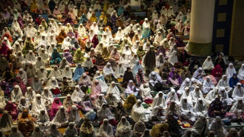 Los musulmanes de Indonesia ofrecen oraciones y leer el Corán en el día 21 del mes sagrado del Ramadán en una mezquita Al Akbar en Surabaya