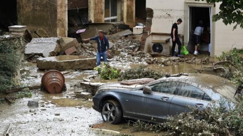 La gente vacía una casa en el área de Livorno, inundada después de fuertes lluvias, el 10 de septiembre de 2017