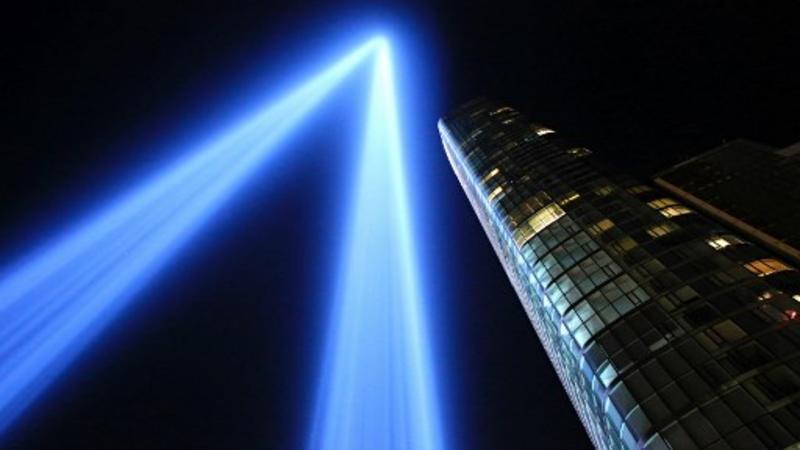 El 'Tribute in Light' ilumina el cielo nocturno, el 10 de septiembre de 2017 en la ciudad de Nueva York, en vísperas del aniversario de los ataques terroristas del 11 de septiembre de 2001