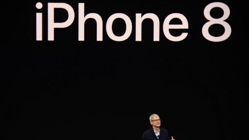 El CEO de Apple, Tim Cook, habla sobre el nuevo iPhone 8 durante un evento mediático en la nueva sede de Apple en Cupertino, California, el 12 de septiembre de 2017
