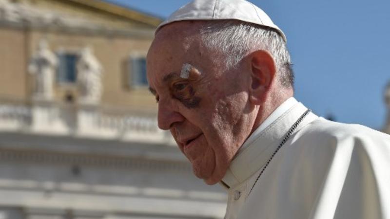 El Papa Francis llega para su audiencia general semanal en la plaza de San Pedro el 13 de septiembre de 2017