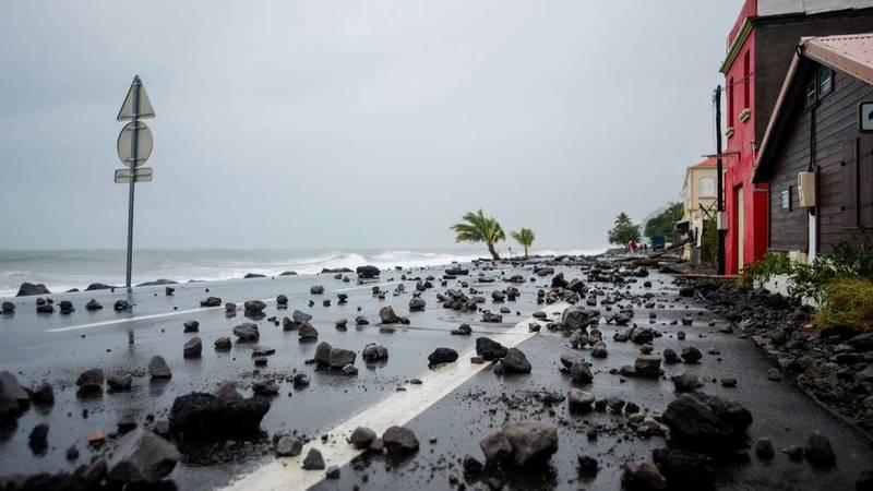 Esta imagen muestra las rocas traídas por el fuerte oleaje en una carretera de Le Carbet, Martinica, tras el paso del huracán María por esta zona.