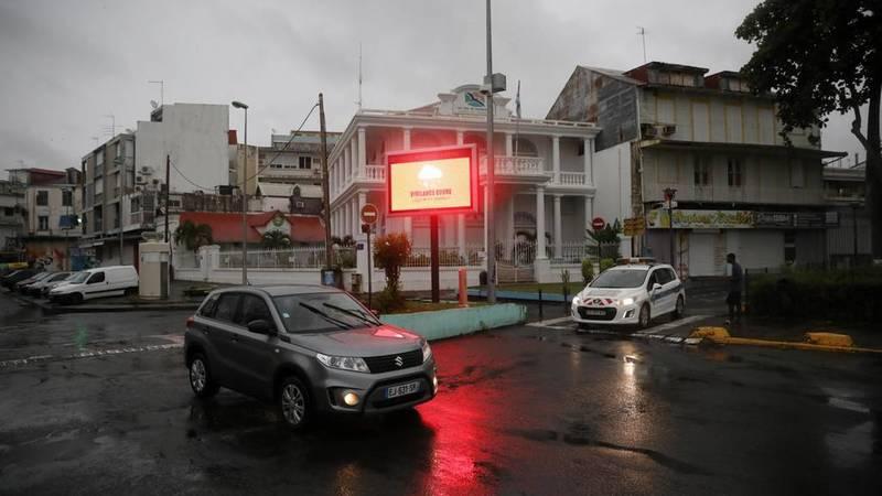 Un panel advierte de una alerta roja por lluvias a medida que el huracán María se acerca a Pointe-à-Pitre en la isla francesa de Guadalupe.