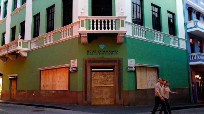 Las puertas de las tiendas se cubren con tablones como medida de protección ante la llegada de María a San Juan, Puerto Rico.