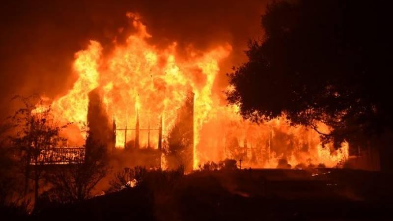 El edificio principal de Paras Vinyards se quema en el área de Mount Veeder de Napa en California