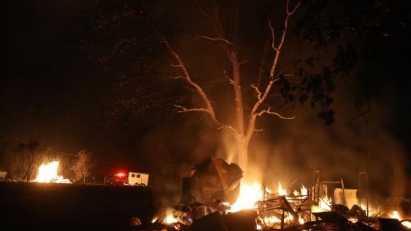 Una pila de muebles quemaduras durante el incendio de monjas / Foto: AFP