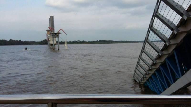 Embarcación causó daños en tramo de puente que une Guayaquil con Isla Santay / Fotos: AFP