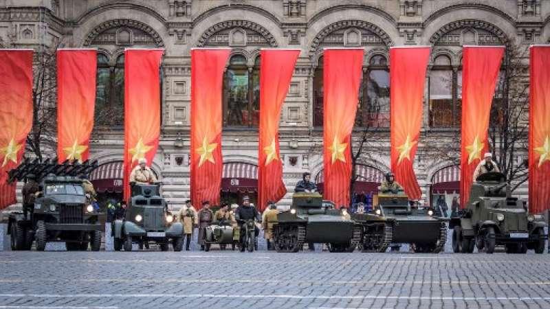 Los participantes se presentan durante el desfile militar en la Plaza Roja en Moscú el 7 de noviembre de 2017