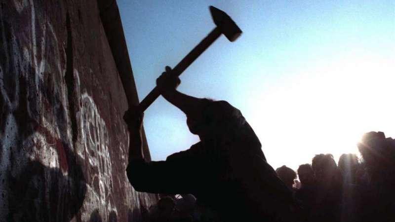 Un hombre golpea el muro de Berlín con una maza el 12 de noviembre de 1989.