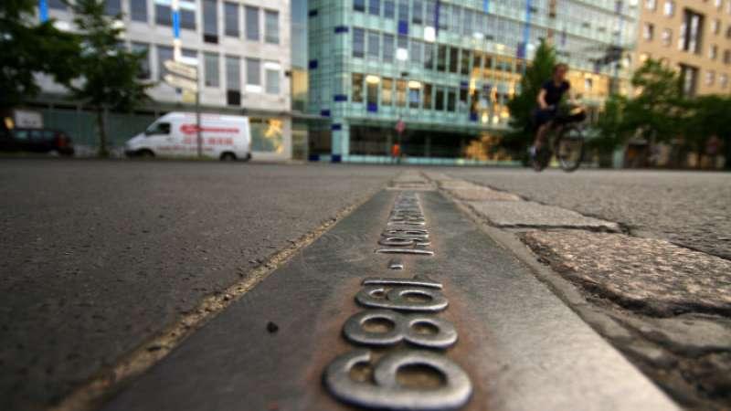 En la actualidad, una línea de ladrillos que sigue el antiguo trazado del muro el recorre la ciudad de Berlín.