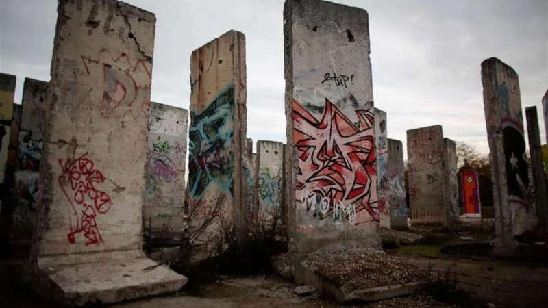 En esta fotografía tomada el 9 de noviembre de 2014, podemos observar las unidades de hormigón con las que estaba conformado el Muro de Berlín.