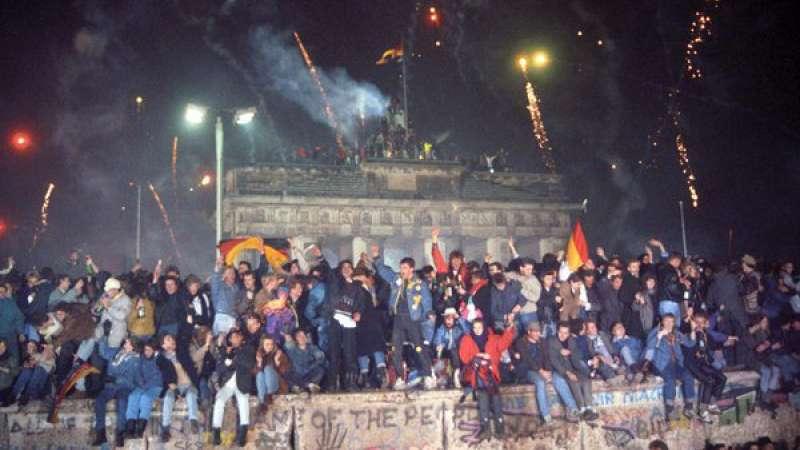 Berlineses celebran frente a la puerta de Brandenburgo la caída del muro durante la madrugada del 9 a 10 de noviembre de 1987.