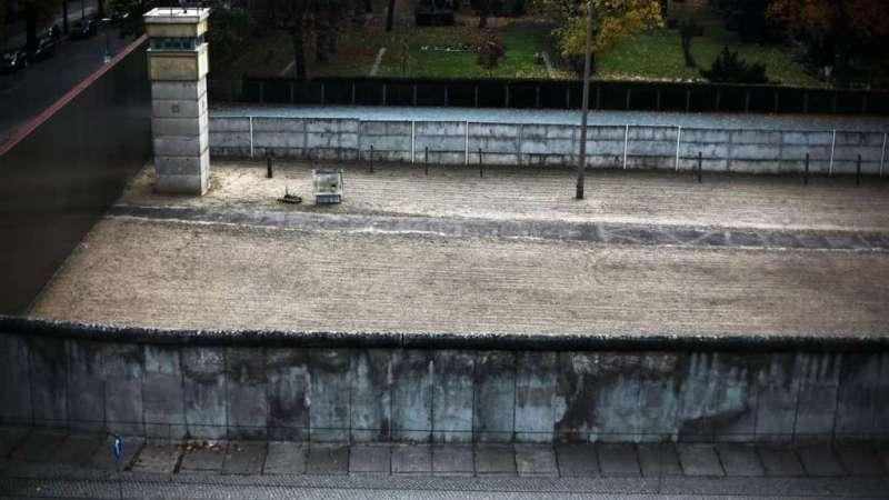 Esta fotografía tomada el 4 de noviembre de 2014 muestra un trozo de muro en pie, conservado en conmemoración del Muro de Berlín en Bernauer Strasse, en Berlín