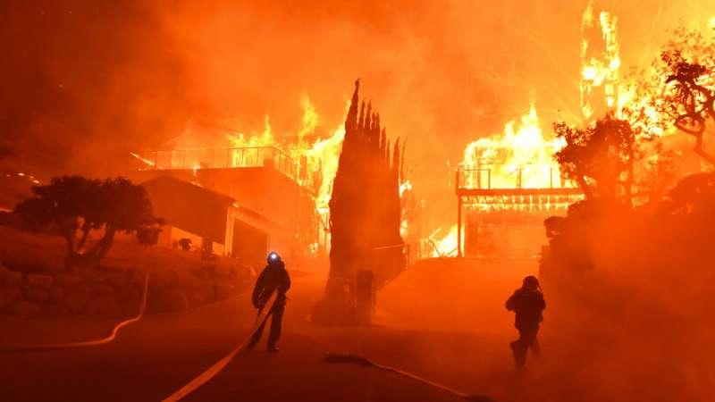 Unas 27,000 personas tuvieron que ser evacuadas de sus hogares en el suroeste de California. Foto: AP.