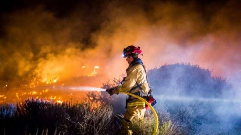Los bomberos trabajan para extinguir el incendio Thomas en Ventura, California / Fotos: AFP