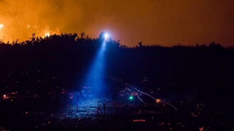 Los bomberos trabajan para extinguir el incendio Thomas en Ventura, California