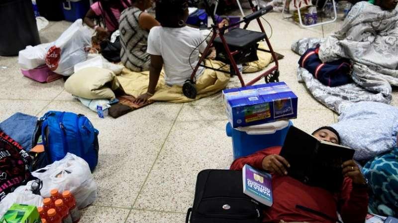 Las personas buscan seguridad en los refugios Foto: AFP