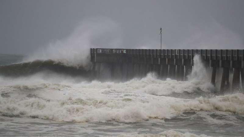 Las olas rompen a lo largo de un muelle en Panamá City Beach, Florida. Foto: AFP