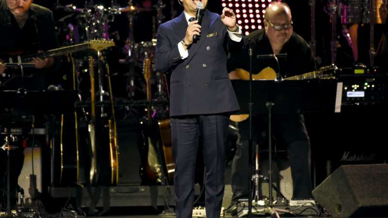 """Gilberto Santa Rosa interpreta """"Bendita tu luz"""" durante la ceremonia en honor a Maná. Foto: AP."""