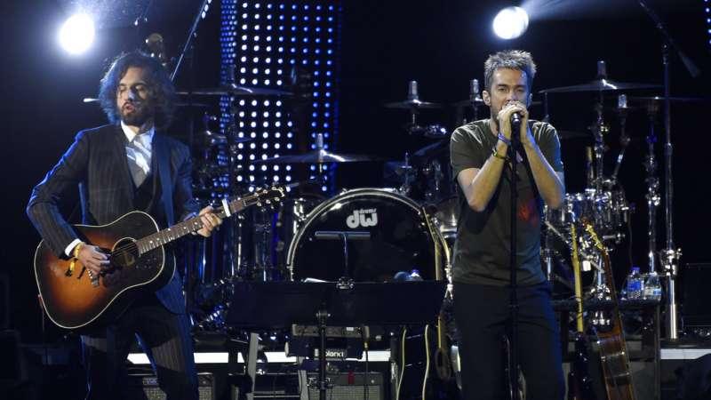"""Guillermo Galván, a la izquierda, y Pucho, de Vetusta Morla, interpretan """"Cuando los ángeles lloran"""". Foto: AP."""