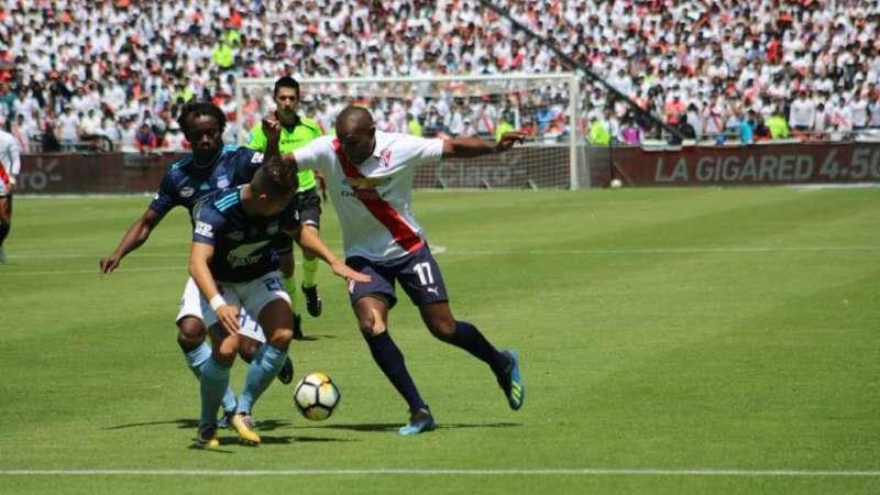 QUITO, Ecuador.- Juan Luis Anangonó (derecha) pelea por el balón contra Juan Carlos Paredes y Marlon Mejía. Foto: LDU-Q